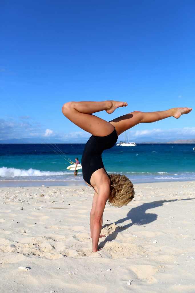 sasha_hutchinson_yoga_namotu_handstand_kiteweek